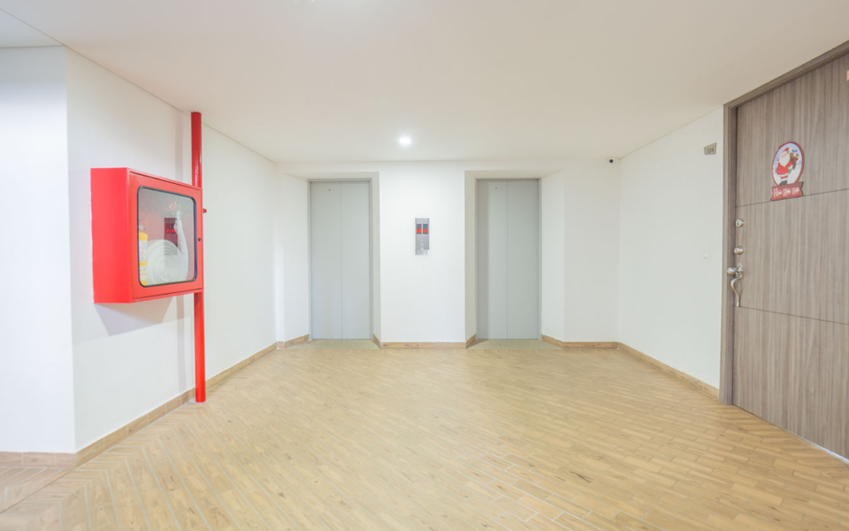 apartamentos_capella_edificio_corredor_ascensores